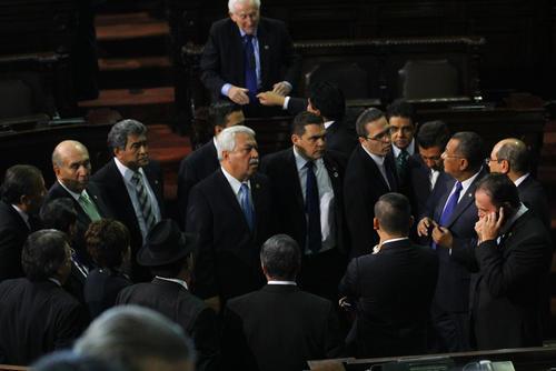 Se realizó una improvisada reunión de jefes de bloque para discutir qué hacer durante la ausencia del presidente del Congreso y el retraso. (Foto: Alexis Batres/Soy502)