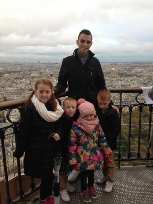 Chris y sus cuatro hijos en el viaje que realizaron a París, Francia antes de su muerte (Foto: Huffington Post)