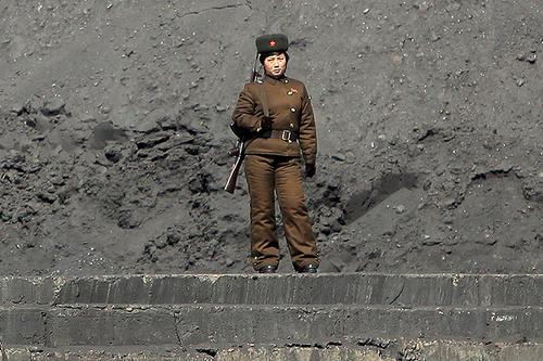 Una mujer soldado vigila la frontera. Foto:Soy502