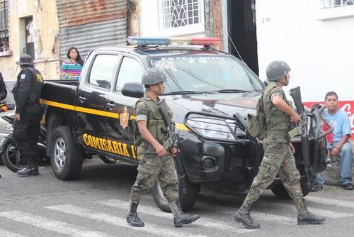 Elementos del Ejército fueron trasladados al lugar que causó un cierre vehicular por horas.  (Foto: Alejandro Balán/Soy502)