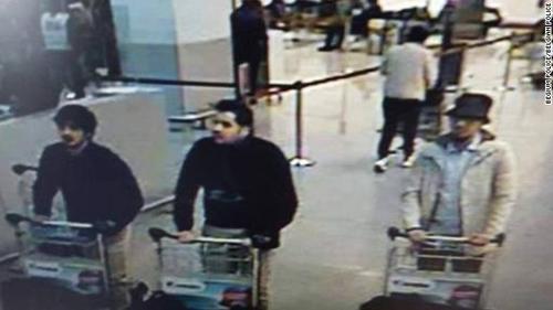 Imagen de los tres sospechosos que ha difundido la policía de Bruselas. (Foto: CNN)
