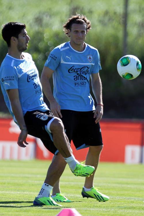 Luis Suárez durante un entreno en Montevideo junto a Diego Forlán.