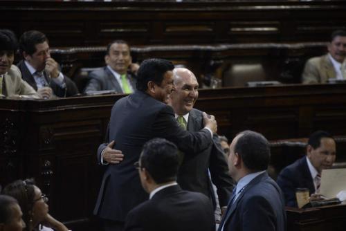 Mario Taracena se abraza aquí con el diputado Galdámez, una de las figuras más señaladas de la actual y la pasada Legislaturas. (Foto: Wilder López/Soy502)