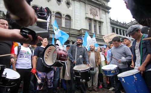 Tambores, timbales, redoblantes y otros instrumentos pusieron el ritmo en la marcha del 15 de Agosto. (Foto: Luis Barrios/Soy502)