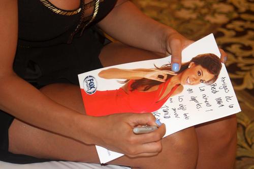 Tania Rincón firmó autógrafos y participó en una actividad benéfica en su estancia en Guatemala. (Foto. Luis Barrios/Soy502)