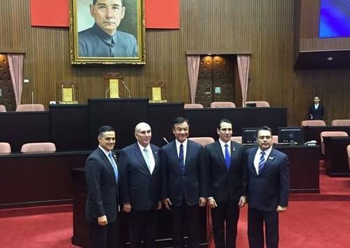 Una delegación de diputados visitó recientemente Taiwán, país que donó una antena para ampliar la cobertura del canal de televisión del Congreso. (Foto: Congreso)