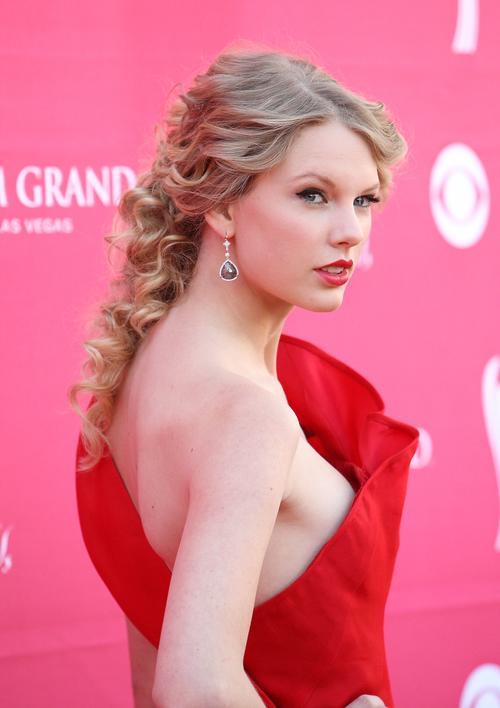 Muy a menudo se ve a Taylor Swift con los labios rojos y el color nunca abarata su look.
