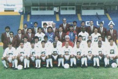 La fotografía oficial de Comunicaciones en 1996, donde aparecen figuras como Milton Tyson Núñez, Nicolás Suazo, Freddy García, Tita, el técnico Carlos Milóc entre otros. (Camerino crema)