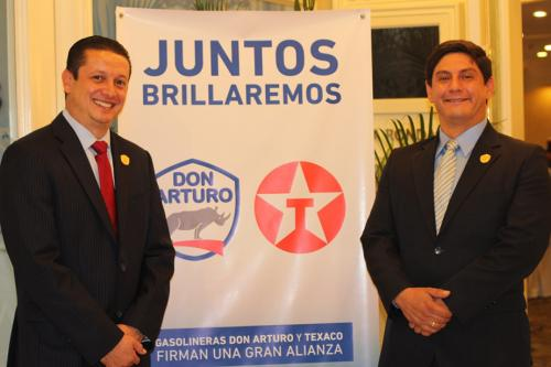 Representantes de ambas gasolineras presentaron a medios de comunicación la unión. (Foto: Magui Medina/Soy502)