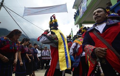 El tocado de los jinetes usado en el Juego de gallos simboliza las plumas del quetzal, utilizadas por los primeros temerarios de esta carrera. (Foto: Selene Mejía/Soy502)