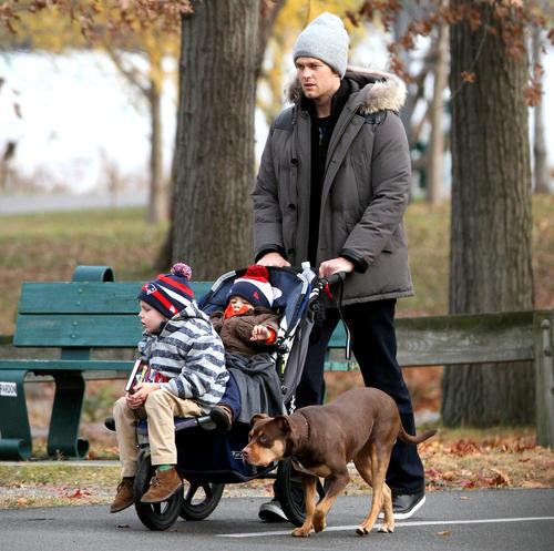 El jugador de fútbol americano Tom Brady, esposo de la super modelo brasileña Gisele Bündchen, se dedica a sus hijos.