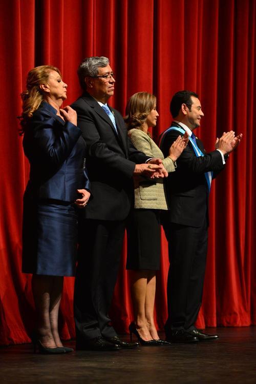 El presidente y el vicepresidente, con sus parejas. (Foto: Wilder López/Soy502).