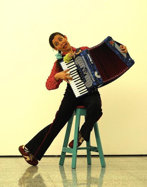 El acordeón es uno de los instrumentos que acompaña a la multidiciplinaria artista. (Foto: Marlon García)