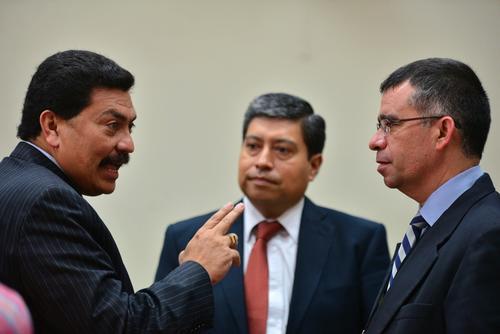 El agente fiscal José Antonio Morales, ha liderado el proceso de investigación del Caso La Línea. En la foto con Francisco García Gudiel, abogado de Carlos Muñoz, Juan Carlos Monzón y Marta Sierra de Stalling. (Foto: Soy502)