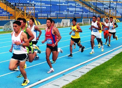 Los deportistas guatemaltecos compiten en los 5 mil metros planos del Nacional de Atletismo 2014. (Foto: Fedeatletismo)