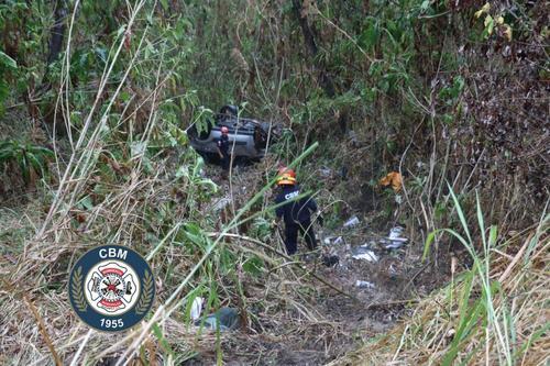 El vehículo cayó varios metros, según reportaron los socorristas. (Foto: Bomberos Municipales)