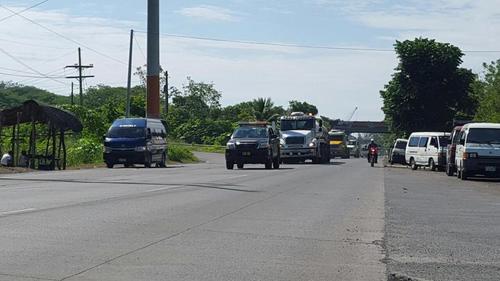 Agentes de la PNC dan acompañamiento a transportistas. (Foto: Facebook/Mingob)