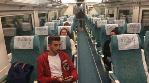 """Los pasajeros esperaron dos horas para ser """"rescatados"""" y llevados a sus destinos. (Foto: Twitter)"""
