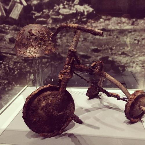 Este triciclo, en el Museo de Hiroshima, remite inevitablemente al niño que debió conducirlo. (Foto: Dina Fernández).