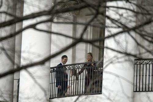 Ivanka Trump junto a us esposo y su hija en el balcón Truman de la Casa Blanca. (Foto: AP)
