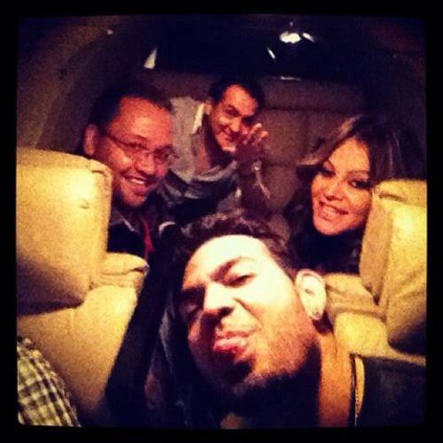 Esta fue la última fotografía que Jenni se tomó con su staff, minutos antes que la aeronave despegara. (Foto: twitter)
