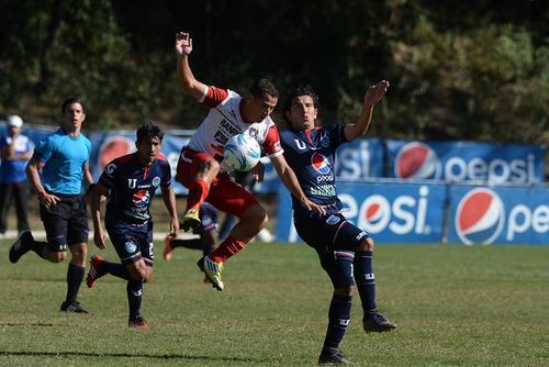 La U cayó en casa, Rafael Burgos intentó en la ofensiva universitaria, pero no logró marcar. (Foto: Nuestro Diario)