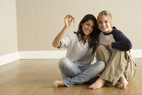 Antes de elegir vivir con un amigo debes considerar todas las ventajas y desventajas que conlleva. (Foto: univision.com)