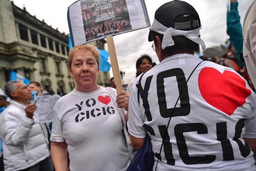 Dos señoras mostraron su respaldo a la Cicig. (Foto: Wilder López/Soy502)