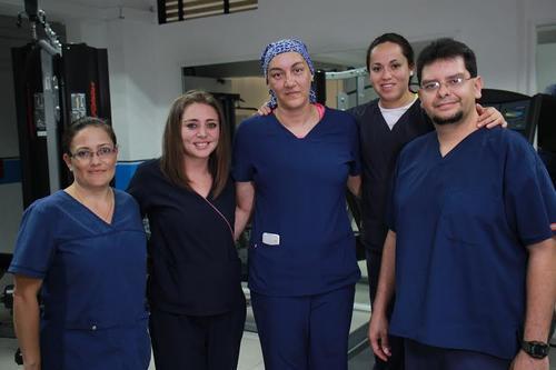 Patty Rivera, junto a sus compañeros de trabajo en la Unidad Médica del Comité Olímpico Guatemalteco. (Foto: Alejandro Balán)