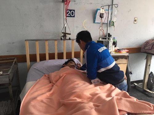 El campeón mundial de gimnasia Jorge Vega, visitó al joven José Lorenti quien lucha por su vida en la cirugía del Hospital Roosevelt. (Foto: Soy502).