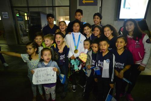 Los niños de la Federación Nacional de Gimnasia posaron emocionados junto a Jorge Vega, medallista panamericano. (Foto. Wilder López/Soy502)
