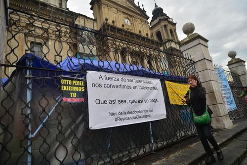 Así luce la champa donde se resguardan del frío y la lluvia las guatemaltecas que están en huelga de hambre. (Foto: Wilder López/Soy502)