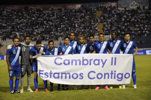 Los futbolistas guatemaltecos lucieron una manta en la que recordaron a las víctimas del deslave en El Cambray II. (Foto: Orlando Chile)