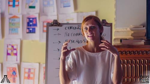 """Melissa Whitbeck durante las charlas y organización del proyecto """"Pintando Santa Catarina Palopó"""". (Foto: Chapín Films)"""