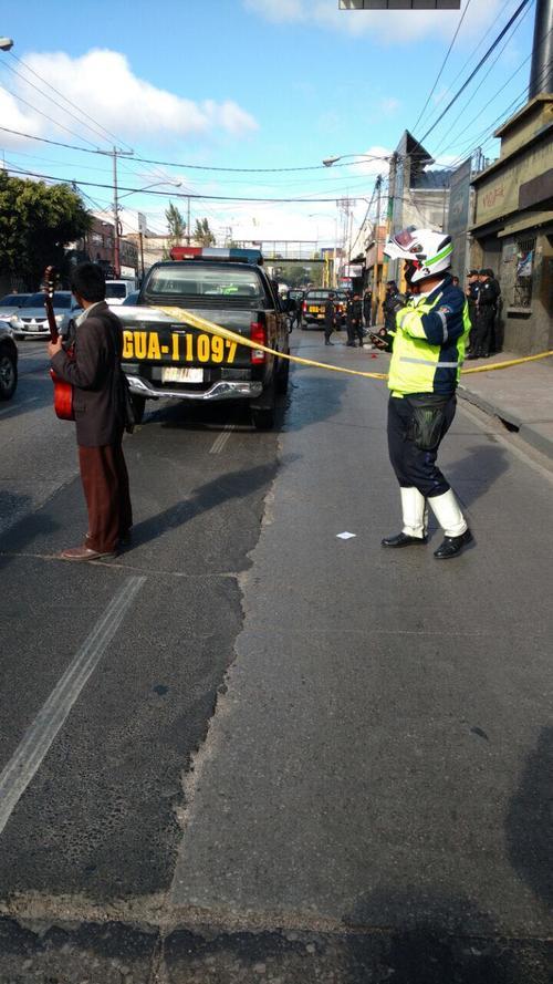 Tras incidente armado, vapulean a supuesto delincuente en la calle Martí, zona 2 capitalina. (Foto: Amílcar Montejo)