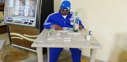 En otro de los velorios colocaron al fallecido jugando dominó. (Foto: Primera Hora)