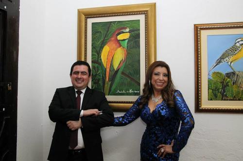 El abogado Vernon González Portillo en una de las exposiciones artísticas de la Registradora de la Propiedad, Anabella de León. (Foto: Facebook).