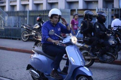 El candidato Jimmy Morales se presentó a su cierre de campaña a bordo de una motoneta de la marca italiana Vespa, la cual tiene un costo de entre 30 mil y 40 mil quetzales. (Foto: Alberto Cardona de Guatevisión)