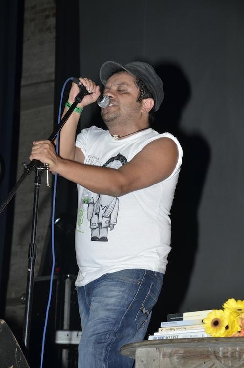 Omar, vocalista de Viernes Verde interpretó con sentimiento las 10 canciones del mítico álbum. (Foto: Abner Salguero/Nuestro Diario)