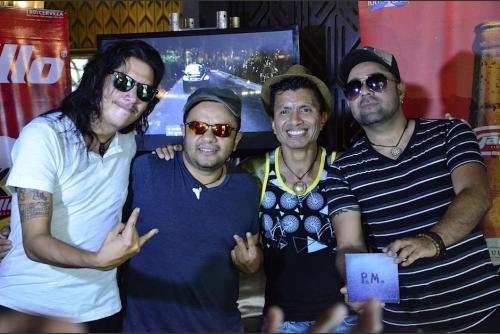 """Carlos """"Chingui"""" Méndez, bajista de Viernes Verde abre el primer vinilo. (Foto: Archivo/Soy502)"""