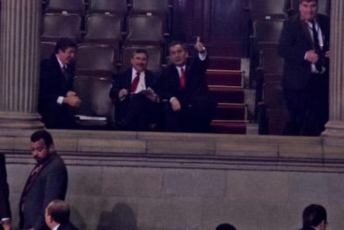 Edgar Barquín y Roberto Villate, de Lider, dirigen las decisiones que tomó el pleno sobre el Presupuesto 2015 desde un palco del Congreso. (Foto: Alexis Batres/Soy502).
