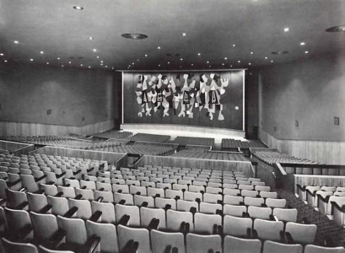 Esta es la vista del telón de madera plegable que diseñó el guatemalteco Carlos Mérida par ael cine Manacar en México DF, en 1965. (Foto: Pinterest)