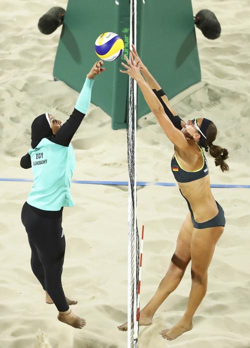 Esta es la imagen completa que se vuelve viral en las redes y que muestra dos realidades durante los Juegos Olímpicos. (Foto: Reuters)