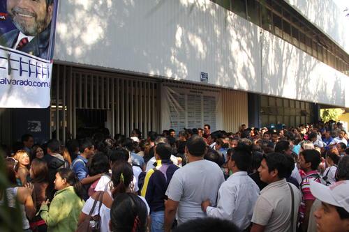 A partir de las 8 horas las puertas de las facultades se abrieron para que los estudiantes y profesores emitieran su voto (Foto: Alexis Batres/Soy502)