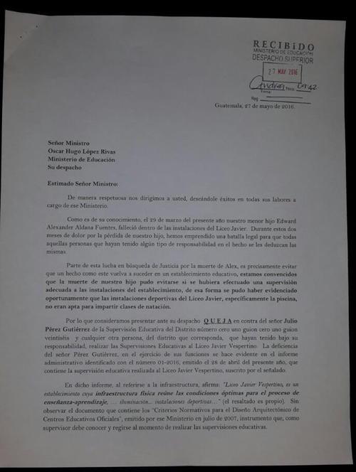 La queja está firmada por los padres Carlos Aldana y Gabriela Fuentes.
