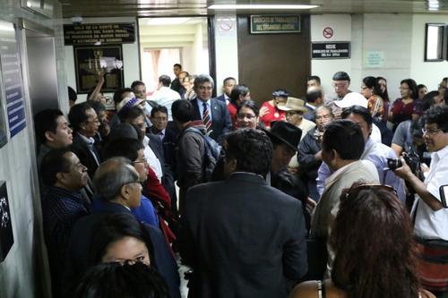 Activistas y líderes comunitarios también demostraron su apoyo al diputado Amílcar Pop. (Foto: Alejandro Balán/Soy502)