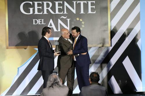 Los hermanos Rivera recogieron el premio emocionados. (Foto: Alejandro Balán/Soy502)