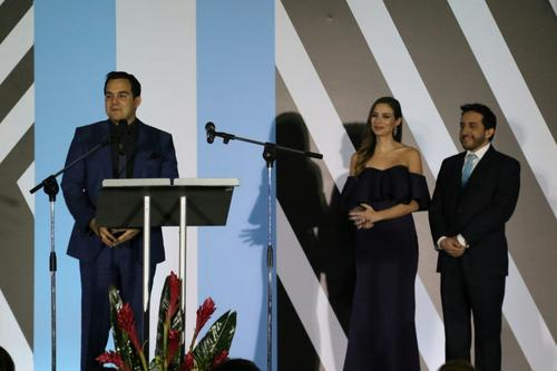 El hijo de Centeno representó al galardonado que se encontraba fuera del país. (Foto: Alejandro Balán/Soy502)