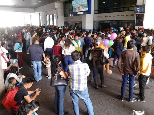 Cientos de personas han resultado afectadas por el retraso en los vuelos. (Foto: Nelton Rivera/Prensa Comunitaria)