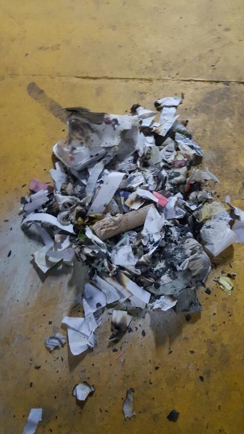Evidencia de algunos pedazos de papel quemados en el edificio. (Foto: Minfin)